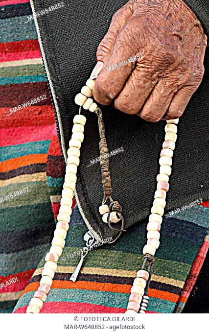 TIBET Preghiera buddista tibetana con il japamala. Il japamala è un tipo di rosario utile per la ripetizione del nome di una Divinità o di un mantra sia verbale...