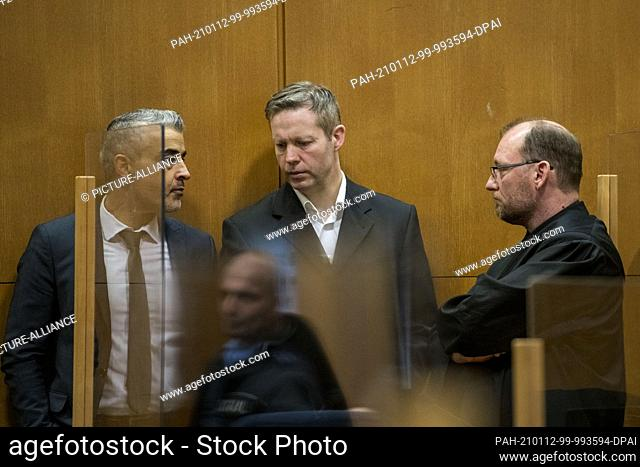 12 January 2021, Hessen, Frankfurt/Main: The main defendant Stephan Ernst (M) speaks with his lawyers Mustafa Kaplan (l) and Jörg Hardies in a courtroom of the...