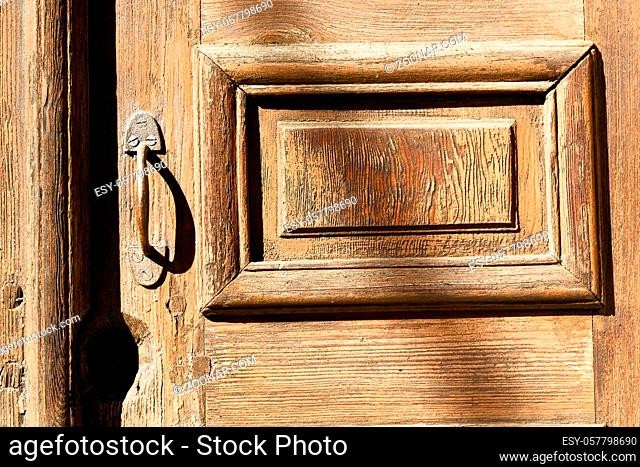antique old door and ancien wood closed house hinge