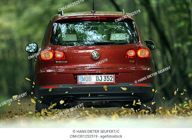 VW Volkswagen Tiguan 1.4 TSI Track & Field, model year 2007-, red, driving, diagonal from the back, rear view, country road, Foliage, Herbst