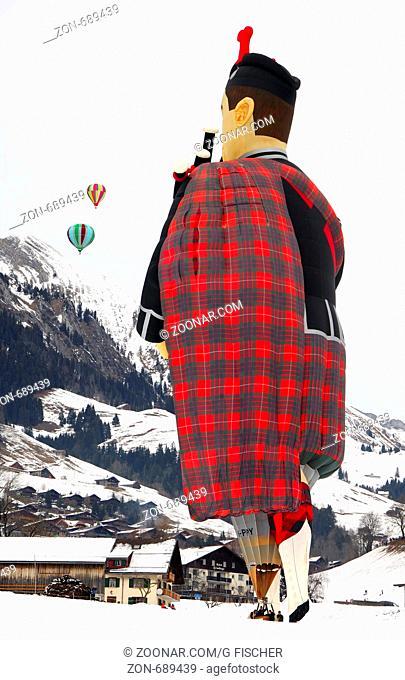 Heissluftballon, Sonderform Fliegender Schotte, G-PIPY, Cameron SS Balloon Piper-105, auf dem Startplatz, Ballonfestival Chateau d'Oex