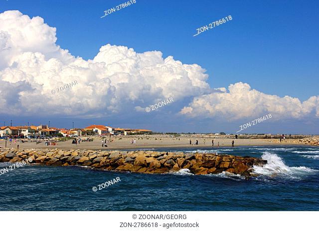 Gewitterwolken über der Mittelmeerküste bei Saintes Maries de la Mer, Frankreich / Thunderstorm clouds above the shores of the Mediterranean near Saintes Maries...