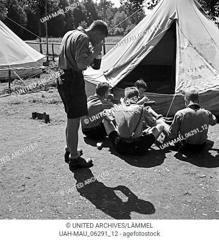 Mittagspause und Essen fassen im Hitlerjugend Lager, Österreich 1930s. Lunch break at the Hitler youth camp, Austria 1930s