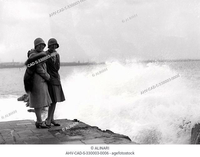 Storm at the Castel dell 'Ovo: portrait of young women, shot 09/05/1928 by Monteverde, Aurelio