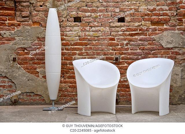 Foscarini lamppost and contemporary garden seat, Venice, Italy