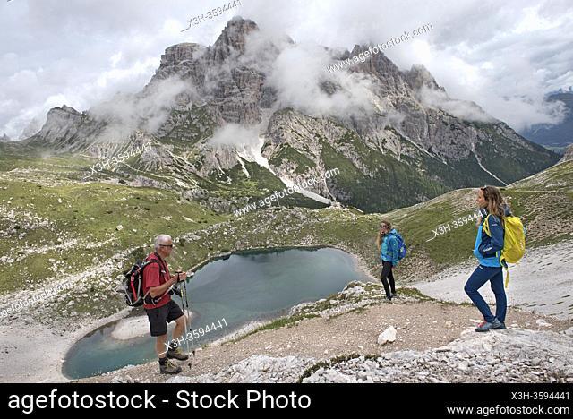 randonneurs sur un chemin en surplomd du Lago dei Piani inferiore , Parc naturel des Tre Cime (Drei Zinnen), Dobbiaco, Region du Trentin-Haut-Adige