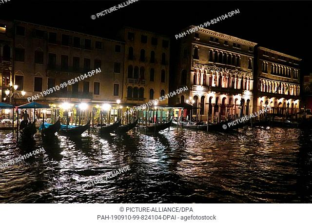 17 June 2019, Italy, Venedig: Gondolas are near the Rialto bridge at night on the Canal Grande. Photo: Soeren Stache/dpa-Zentralbild/ZB