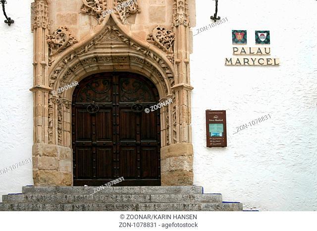 Eingang zum Museum Palau de Maricel in Sitges, mit Objekten aus Romantik, Gotik und Renaissance. Sitges liegt 36 km südwestlich von Barcelona