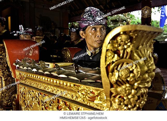 Indonesia, Bali Island, Ubud village, Ubud Palace, Legong dance, gamelan musicians