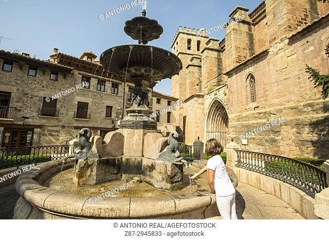 Plaza de la Iglesia e Iglesia ex Colegiata de la Natividad. Mora de Rubielos. Camino del Cid. Aragón. Spain