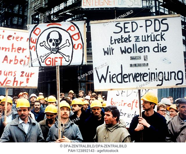 About 300 construction workers demonstrate on 11 January 1990 in East Berlin, among other things, for the abolition of funds for former Stasi employees