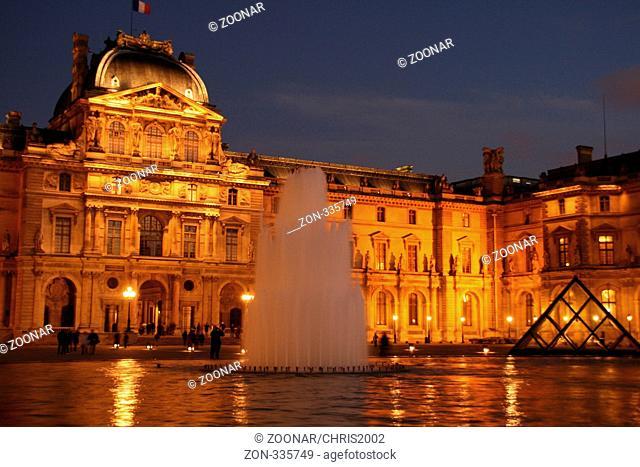 Glanzvoller Louvre, der Louvre präsentiert sich in goldenem Glanz, romantisches feeling
