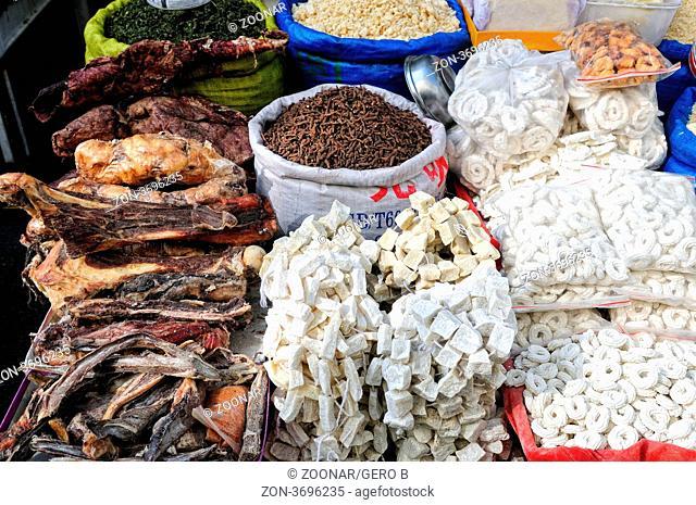 getrocknetes Fleisch und Knochen am Markt in Lhasa Tibet China, dried meat and bones on the market in Lhasa Tibet China