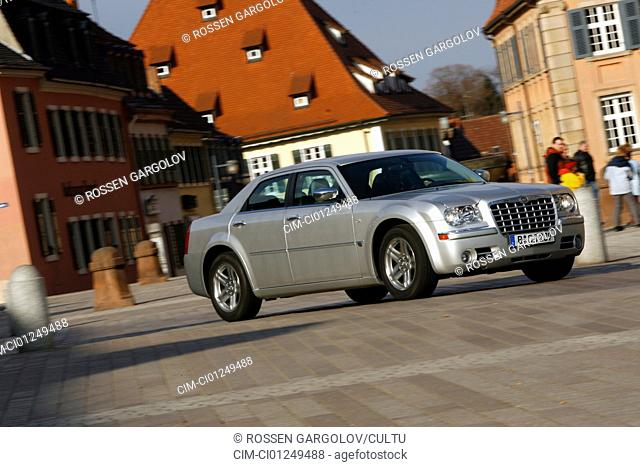Chrysler 300C 3.5, model year 2006-, silver, driving, diagonal from the front, frontal view, side view, City