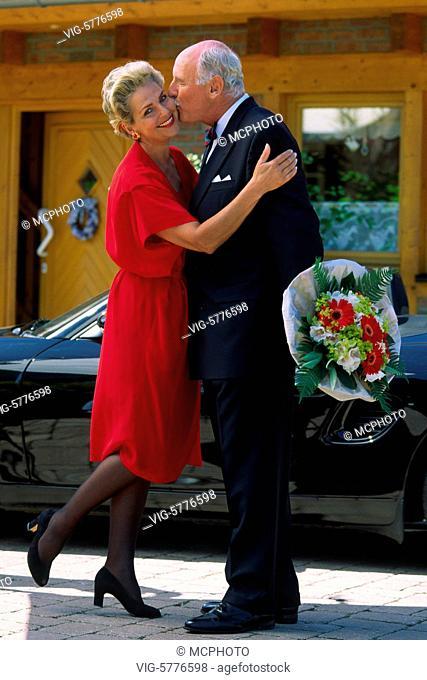 Ein elegantes aelteres Paar umarmt sich, Hamburg 2002 - Hamburg, Germany, 24/07/2002