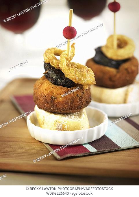 pinchos de champinon, morcilla y aros de cebolla / pincho of mushroom, blood sausage and onion rings