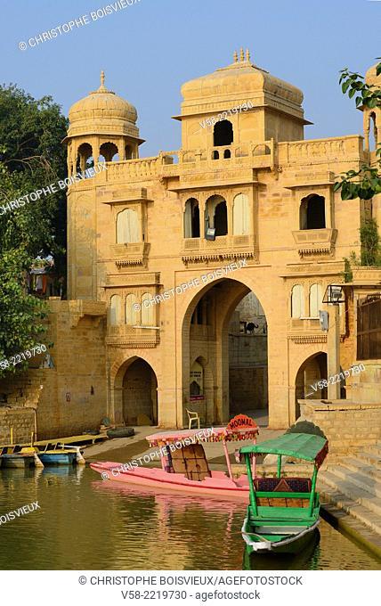 India, Rajasthan, Jaisalmer, Gadi Sagar tank, Tilon ki Pol gate