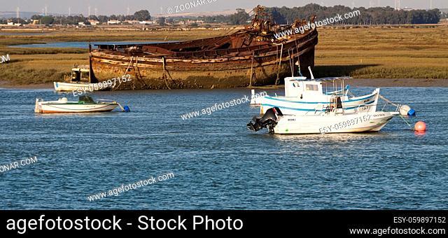 verrostetes Schiff am Ufer, Spanien