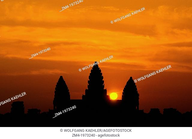 CAMBODIA, SIEM REAP, ANGKOR WAT, SUNRISE, CENTRAL STRUCTURE