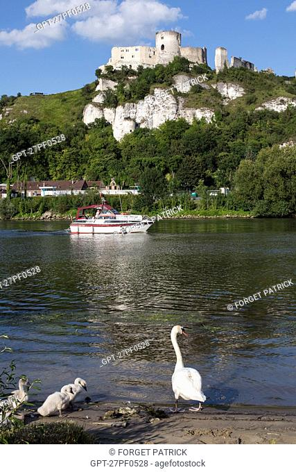 SMALL PRIVATE CRUISE BOAT LIBERTE SEINE ON THE RIVER IN FRONT OF THE MEDIEVAL FORTRESS OF CHATEAU GAILLARD BUILT BY THE ENGLISH KING RICHARD THE LIONHEARTED IN...