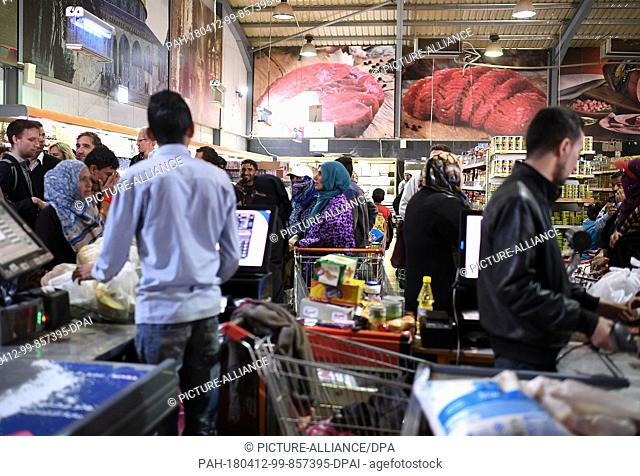 10 April 2018, Jordan, Al-Asraq: People buy goods at Sameh Markt in a refugee camp. Photo: Britta Pedersen/dpa-Zentralbild/ZB