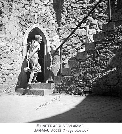 Zwei Frauen und ein Mann bei einer Besichtigungstour im Schloss Auerbach im Odenwald, Deutschland 1930er Jahre. Two women and a man on a sightseeing tour...