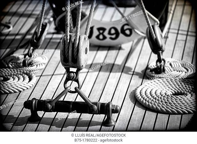 primer plano de cubierta de barco de epoca de regatas, Spotlight cover vintage yacht race