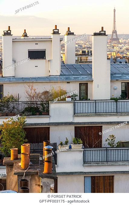 TOITS ET CHEMINEES DE PARIS AVEC LA TOUR EIFFEL, QUARTIER DES ABBESSES, RUE VERON, PARIS (75), FRANCE