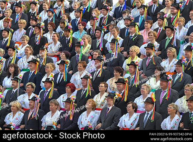15 February 2020, Brandenburg, Neu Zauche: Couples in original Sorbian-Wendish festive costumes lined up for a group photo at the traditional Zapust