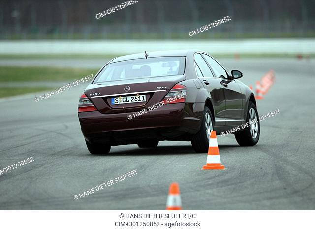 Mercedes S 450 4-matic, model year 2007-, ruby colored, driving, diagonal from the back, rear view, Pilonen, test track