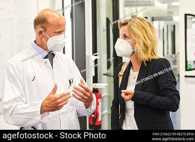 22 June 2021, Berlin: Stephan Eggeling, head physician at Vivantes Klinikum, talks with Daniela Ludwig (CSU), the German government's drug commissioner