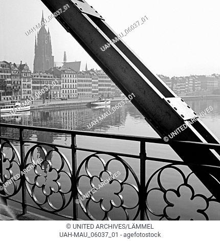 Blick von der Brücke Eiserner Steg auf die Altstadt von Frankfurt am Main, Deutschland 1930er Jahre. View from the Eiserner Steg bridge to the old city of...