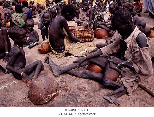 SDN , SUDAN : Displaced in Waat ( South Sudan ) are waiting for food supply , October 1992 - Waat, Waat, Sudan, 21/10/1992