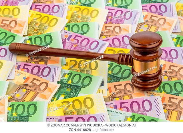 Richterhammer und Euro-Geldscheine. Symbolfoto für Kosten bei Gericht, Rechtsstaat und Auktionen