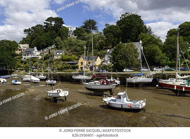 Pont-Aven with low tide, Finistère, Brittany, France, Europe
