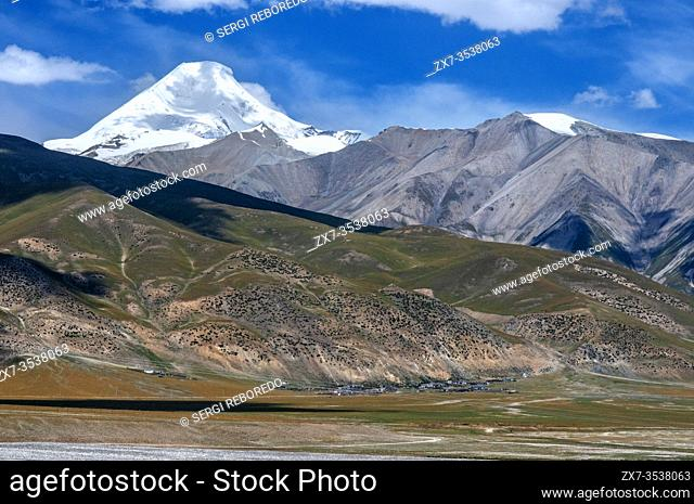 Travel landscape attractions in train Lhasa-Shanghai. Yuzhu Peak: at 6, 178 meters, it is the highest point of the Kunlun Mountains. Tibet