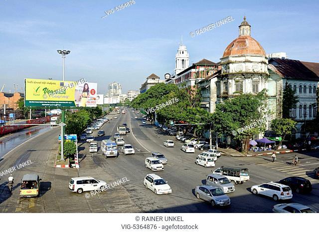 MMR , MYANMAR / BURMA / BIRMA : Traffic in Yangon / Rangoon , 09.11.2015 - Yangon, Yangon, Myanmar, 09/11/2015