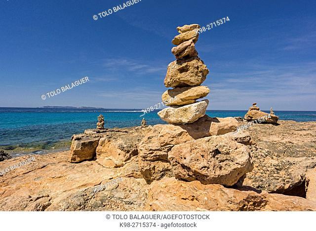 piedras en equilibrio frente a la isla de Cabrera, punta des Milà, Ses Salines, Mallorca, Balearic Islands, Spain
