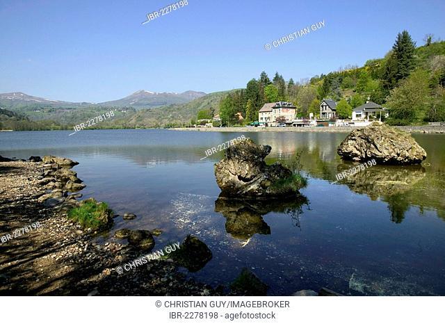 Chambon volcanic lake, Monts Dore, the Sancy massif at back, Auvergne Volcanoes Natural Park, Puy de Dome, Auvergne, France, Europe