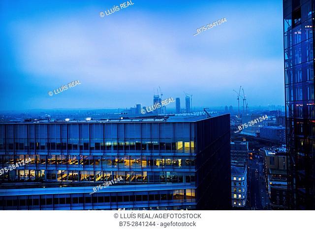 Vista parcial de la ciudad con edificios de viviendas y oficinas en primer plano al atardecer con las luces encendidas. Londres, Bankside, Tate Modern, UK