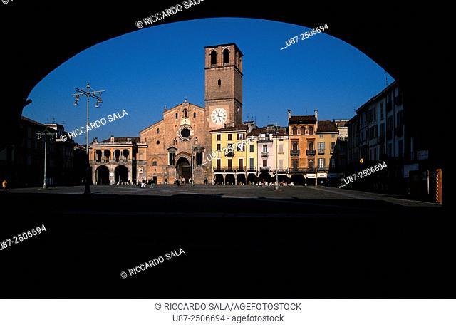 Italy, Lombardy, Lodi, Piazza della Vittoria Square, Cathedral.