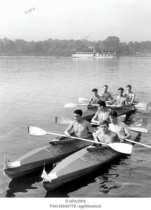 """British soldiers of the battalion """"""""The Welsh Regiment"""""""" train with the canoe on the 18th of September in 1961 in Berlin"""