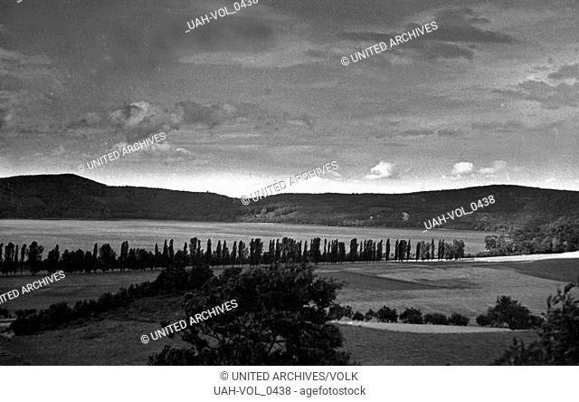 Der Laacher See in der Vulkaneifel nahe der Abtei Maria Laach, Deutschland 1930er Jahre. Lake Laach near Maria Laach Abbey in the Eifel region, Germany 1930s