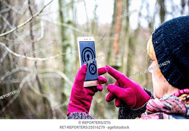 Belgium , Brussel , Jan 06, 2018 - ILLUSTRATION - Personnes cherchant du reseau dans une zone blanche - People seeking the network in a white area...