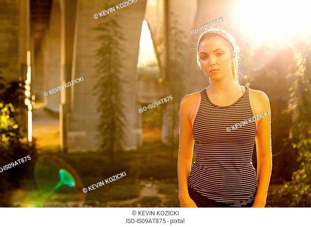 Jogger sullen under arch bridge, Arroyo Seco Park, Pasadena, California, USA