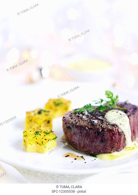 Beef fillet with bearnaise sauce and polenta stars (Christmas)