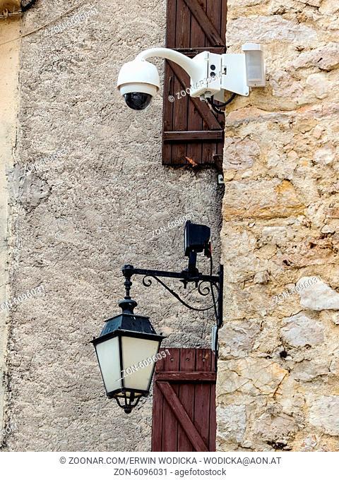 Überwachungskamera an einer Mauer. Videoüberwachung gehört zum Alltag