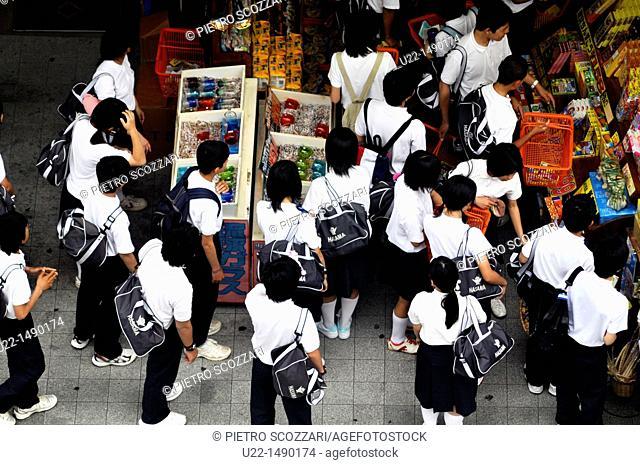 Naha (Japan): students shopping along Kokusai-dori