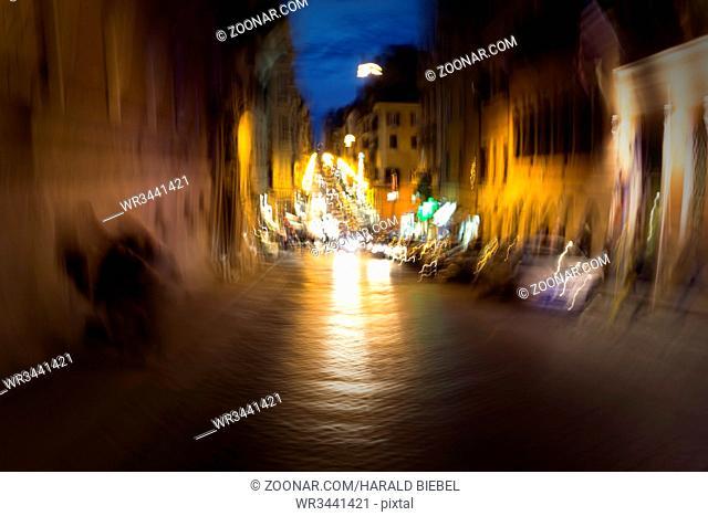 Nächtlicher Verkehr in der Altstadt von Rom, Italien