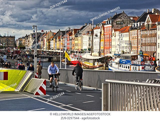 Inderhavnsbroen (Inner Harbour Bridge), Nyhavn, Copenhagen, Denmark, Scandinavia. Pedestrian and bicycle bridge crossing Copenhagen harbour at Nyhavn